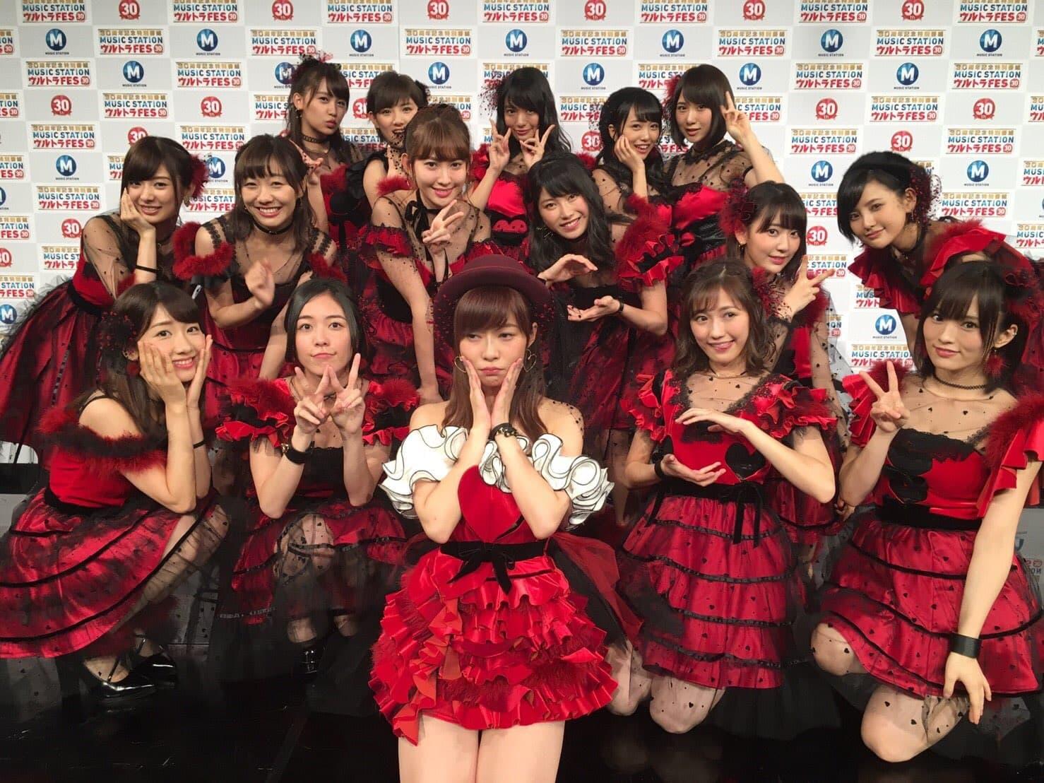 全身赤い衣装のHKT48。