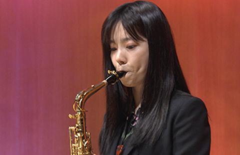 島崎遥香が「題名のない音楽会」に出演!アルトサックスの演奏を披露!