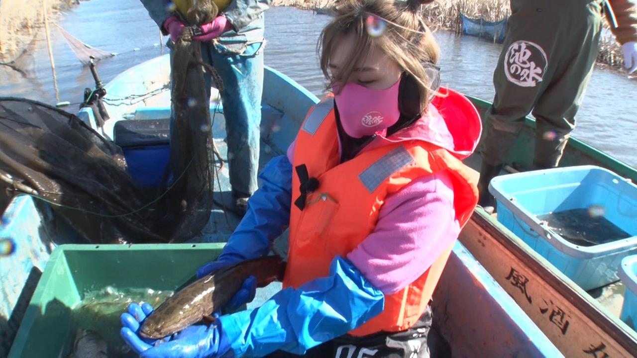 AKB48 大家志津香が「緊急SOS!池の水ぜんぶ抜く大作戦」に出演!千葉県印旛沼で魚を捕って、食す!